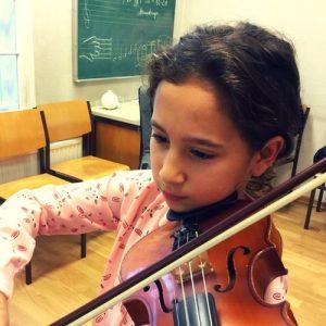 Mädchen mit Geige spielt B-Dur Tonleiter