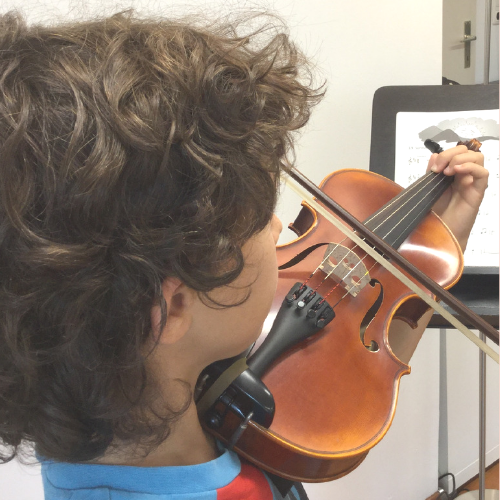 Blattspielender Junge mit Geige