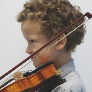 Kind übt Geige