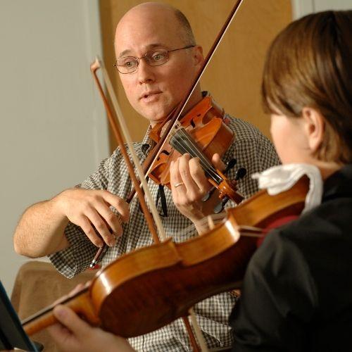 Nachahmung im Instrumentalunterricht: Geigenlehrer mit Geigenschüler